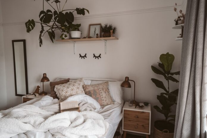 Moderne soveværelse med planter på væggene