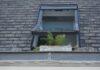 Åbent vindue på øverste etage