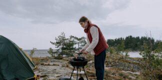Kvinde laver mad på grill